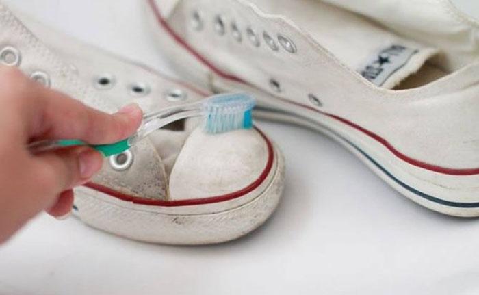 b0dc9d21f0f Aplique a solução nos tênis e esfregue com uma escova de dente (ou própria  para limpeza). Lave bem com água e deixe-os secando.