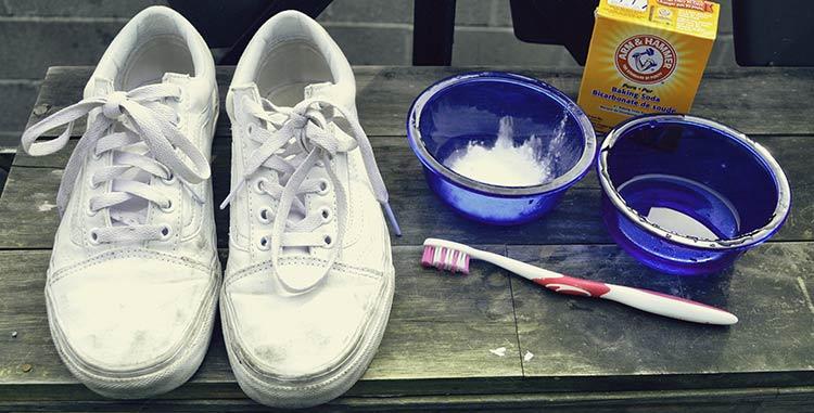 c56d236df5f 4 formas de limpar um tênis branco - Blog Apolo