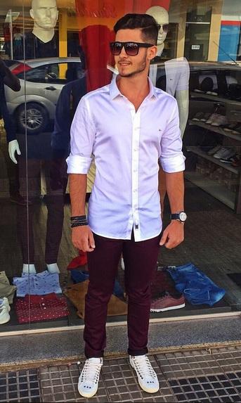 camisa-masculina-branca-calça-marsala