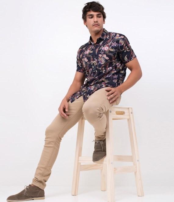 camisa-masculina-resort-estampas-florais-calça-caqui